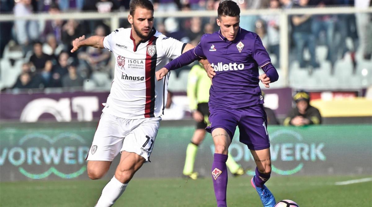 Cristian Tello, con el delantero del Cagliari Panagotis Tachtsidis en un partido de la Fiorentina de la Serie A