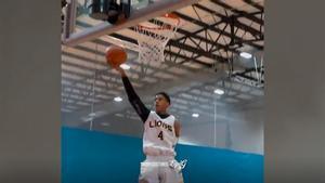 Le falta un brazo... ¡y te impresionará cómo juega al baloncesto!