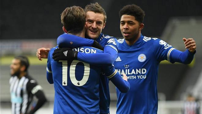 Vardy celebrando el gol de Maddison
