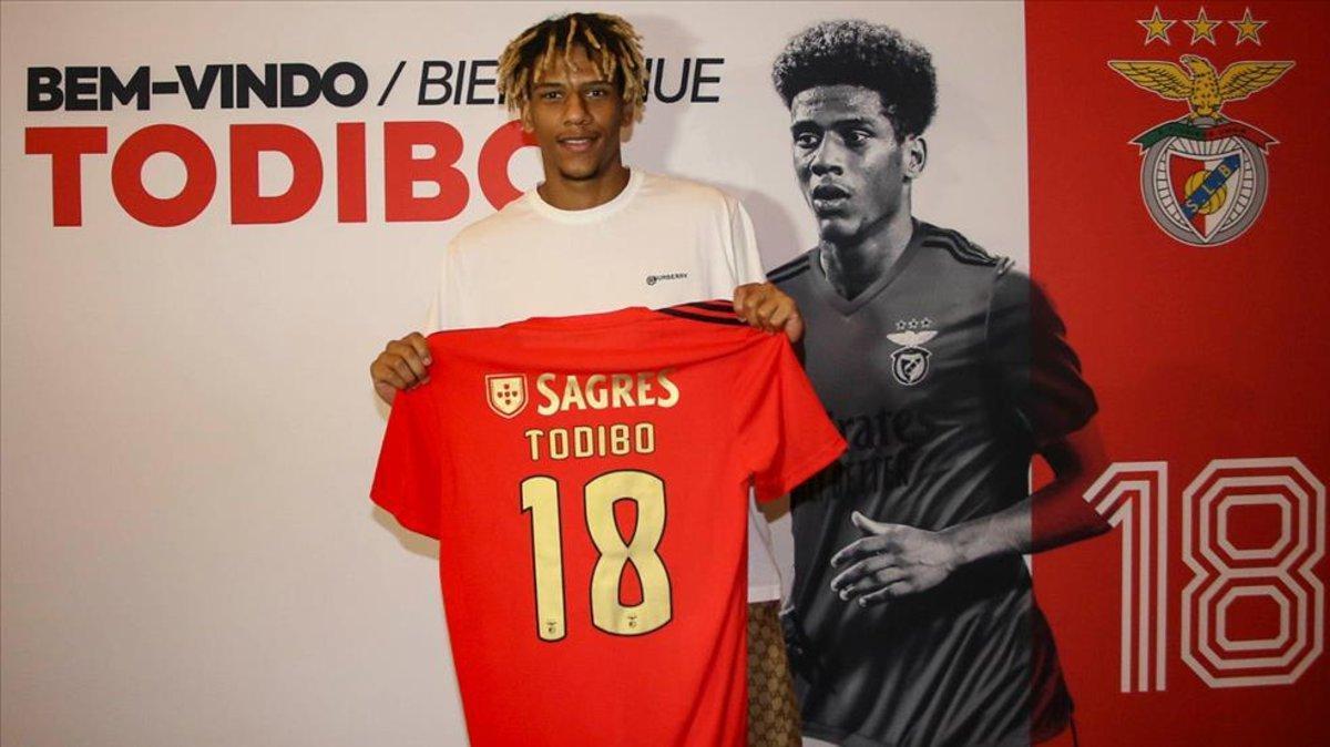 Todibo, en su presentación con el Benfica