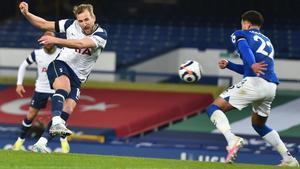 Kane no perdonó dos regalos de la defensa del Everton