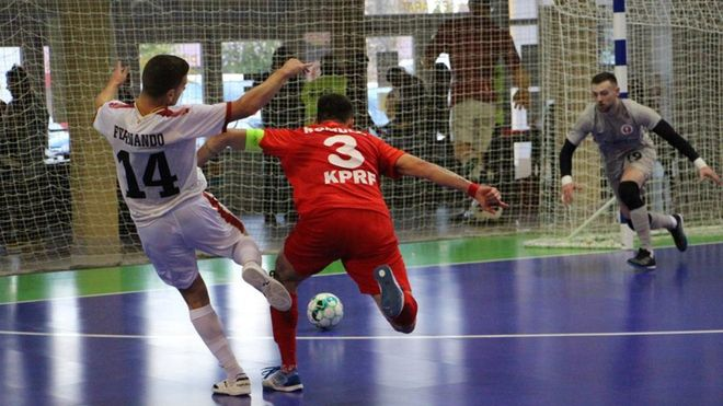 Fernando y el exazulgrana Rómulo luchan por una pelota dividida
