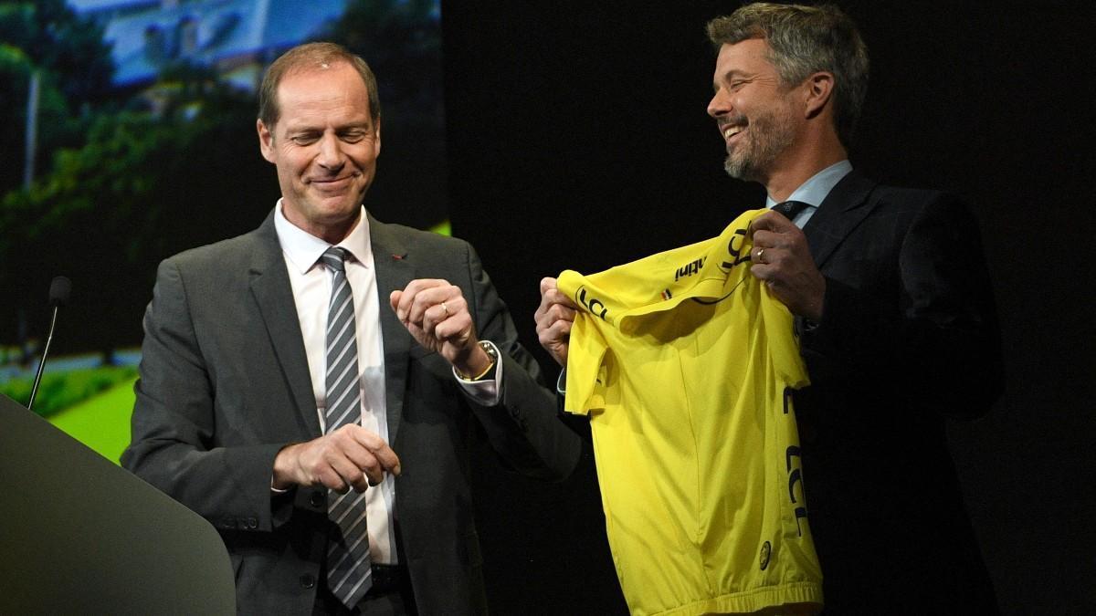 El director del Tour, Christian Prudhomme, entregando un maillot al Principe Federico de Dinamarca