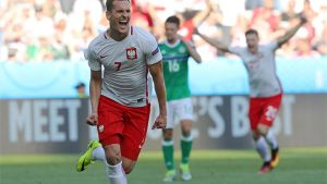 Milik, celebrando un gol con Polonia
