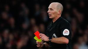 Mike Dean es el árbitro que más veces ha sacado la tarjeta roja de su bolsillo
