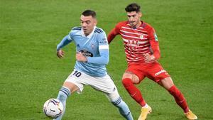 Aspas protege el balón ante un jugador del Granada