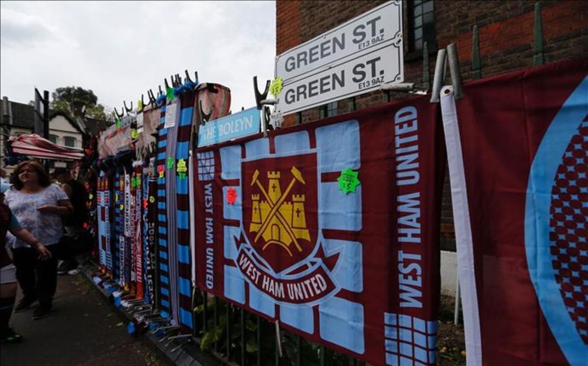 Alrededor del estadio los aficionados hammers mostraron su respeto por la historia