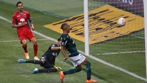 Gabriel Veron marcando su primer gol con el Palmeiras en la Copa Libertadores