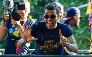 Alves seguirá ocupando el carril derecho
