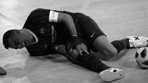 Sergio Lozano se duele en la pista de la rodilla