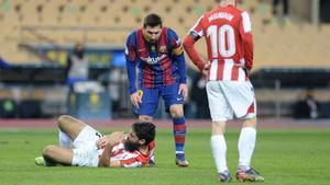 Leo Messi tras la acción con Asier Villalibre