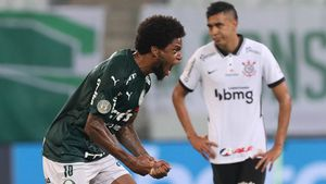 Luiz Adriano celebra uno de los dos goles que marcó al Timao