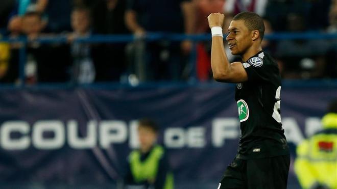 Mbappé celebra uno de los dos tantos que consiguió
