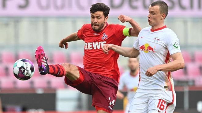 Héctor y Klostermann pugnan por un balón