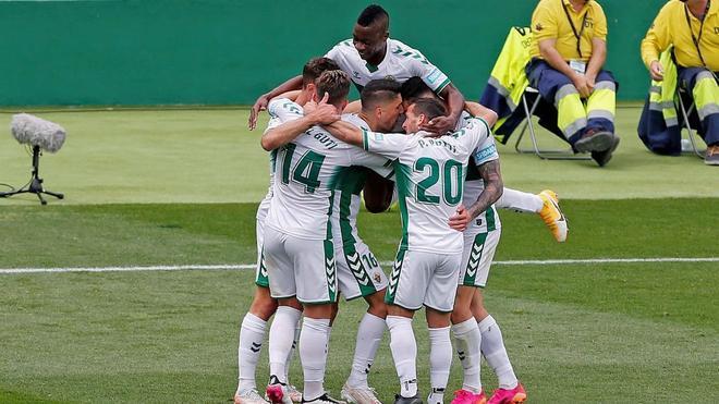 Los jugadores del Elche celebrando el gol de Boyé