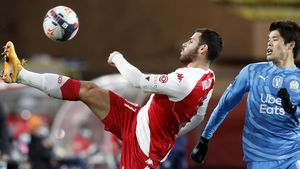 Volland y Sakai disputan un balón durante el Mónaco - Marsella