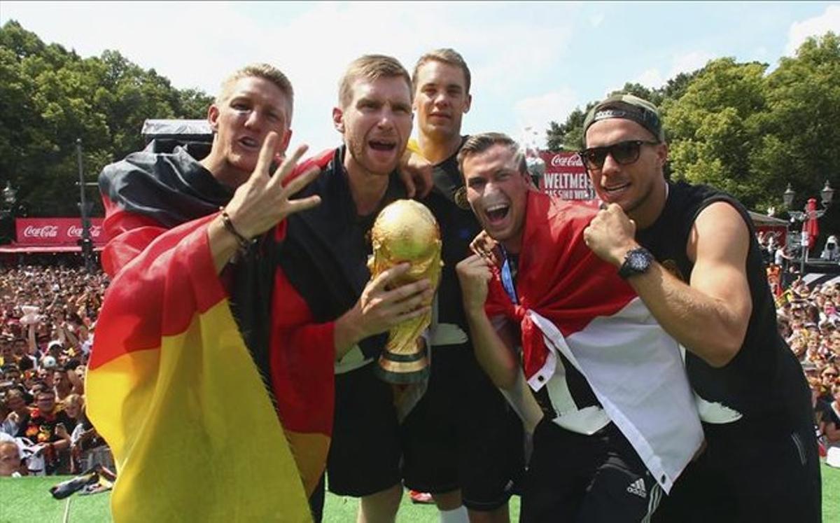 Los jugadores alemanes, con la Copa del Mundo