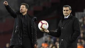 Simeone y Valverde en el duelo del Camp Nou de la pasada temporada