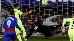 Pletórico Luis Suárez: el gol a lo Panenka ante el Eibar