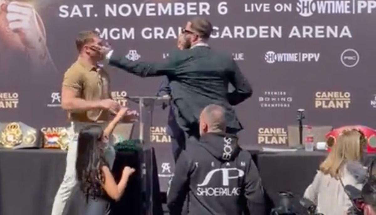Canelo Alvarez y Caleb Plant intercambian golpes en rueda de prensa