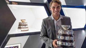 Nadal muestra la Copa Davis conquistada
