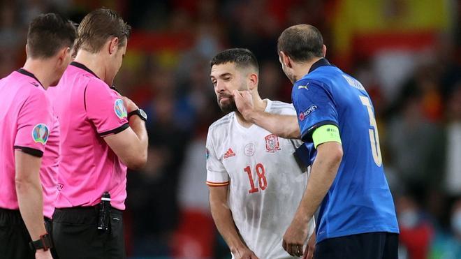 Chiellini bromea con Jordi Alba durante el sorteo antes de lanzar los penaltis