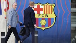 Koeman, junto a su representante entrando en las oficinas del Camp Nou