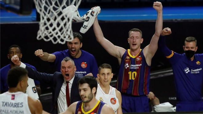 Jasikevicius celebra una acción de su equipo durante el partido