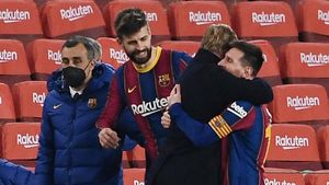 Pique and Messi hug