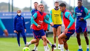 El Barcelona se entrena sin Mingueza, que reforzará al filial