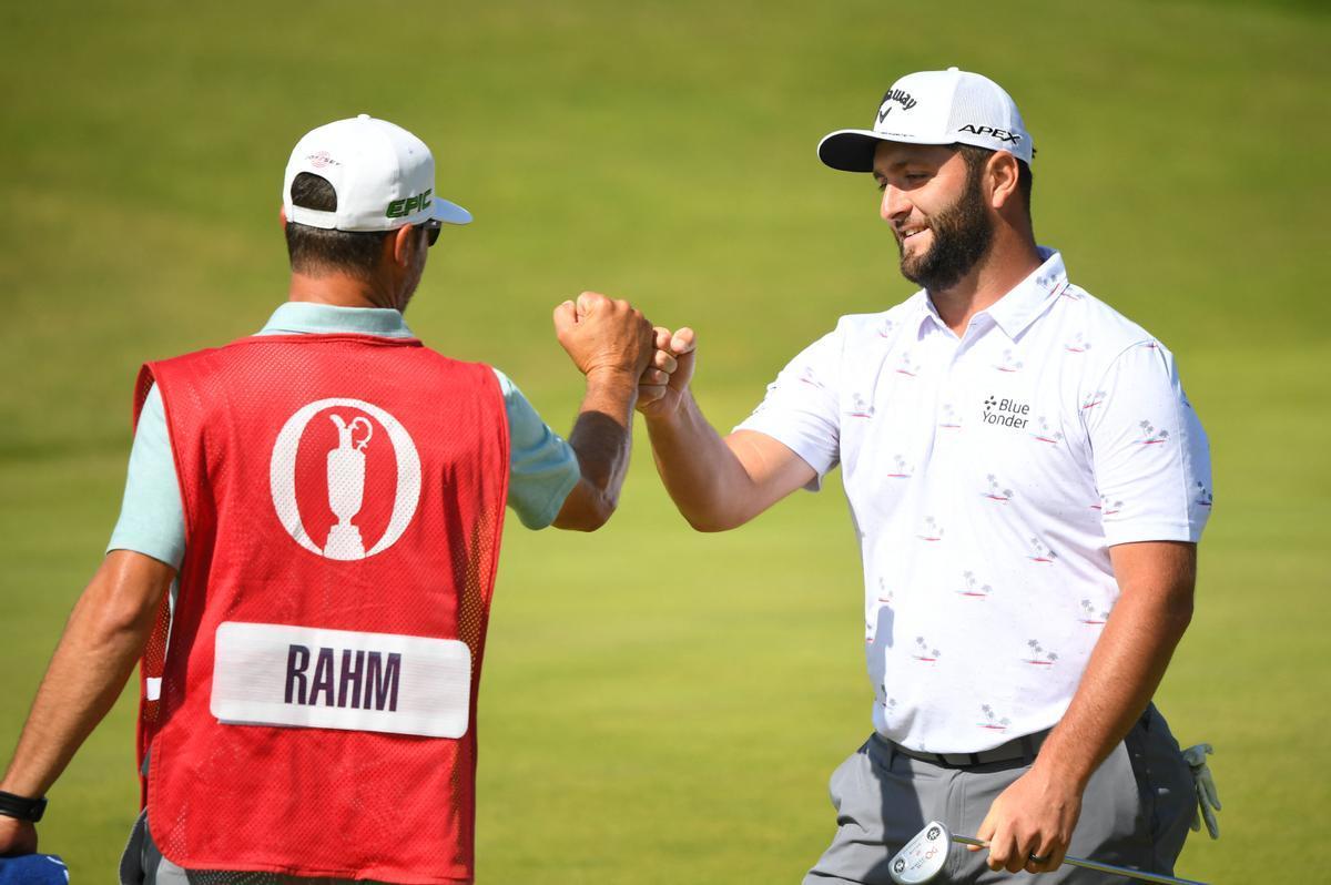 Rahm celebra un birdie con su caddie durante la tercera jornada del Open Championship