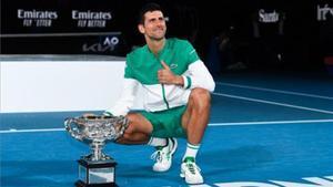 Djokovic con su trofeo de campeón