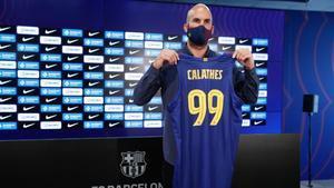 Calathes con su camiseta nueva con el dorsal 99