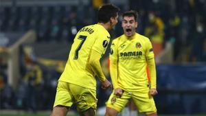 Gerard Moreno y Manu Trigueros celebran un gol con el Villarreal.