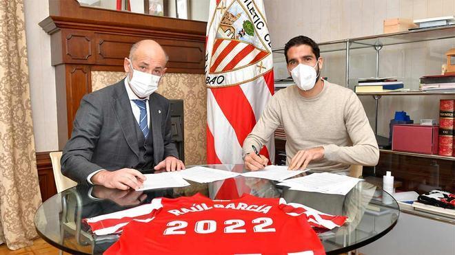 Raúl García firmando su último contrato profesional