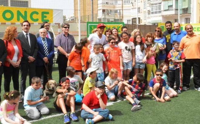Una foto de familia de los asistentes al acto, junto a Neymar