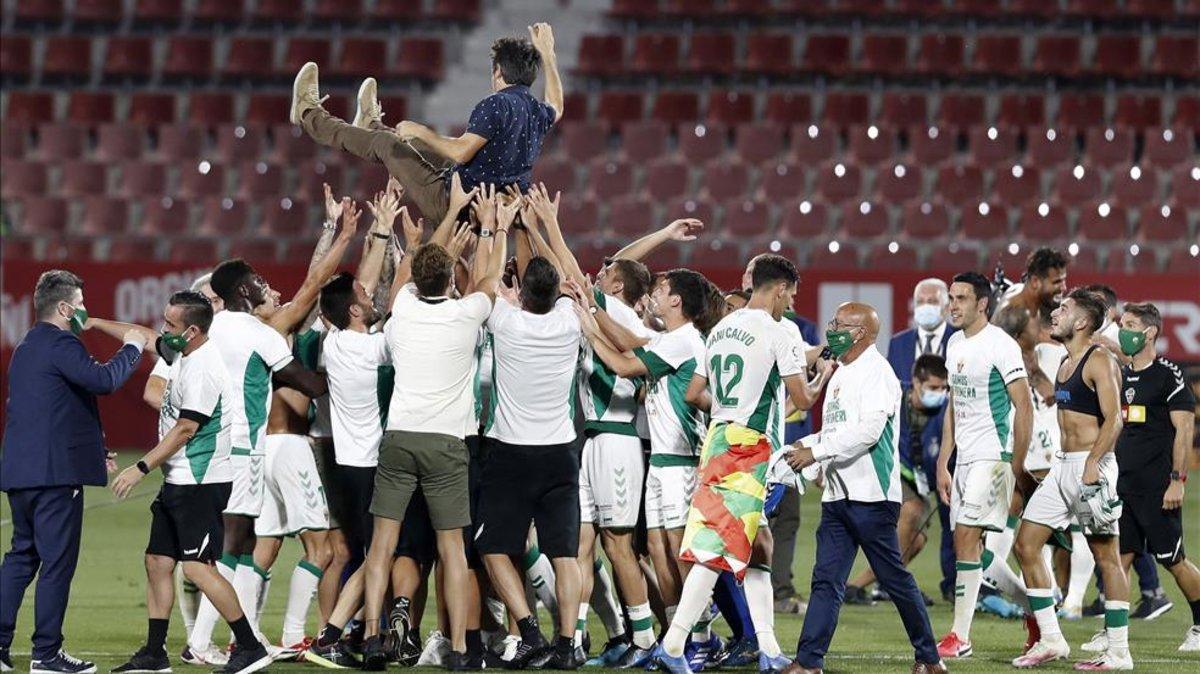 Pacheta fue manteado por los jugadores del Elche tras lograr el ascenso a LaLiga Santander