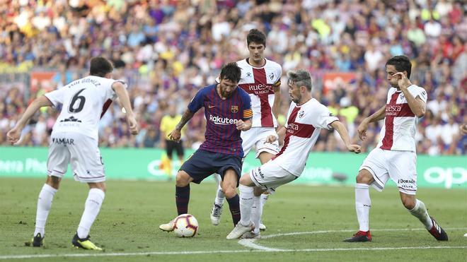 Messi marcó dos goles en la única visita del Huesca en la Liga
