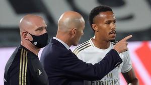 Zidane da órdenes a Militao