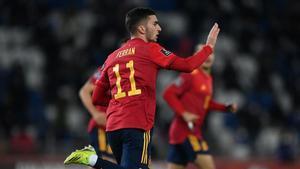 Ferran Torres celebra un gol con España