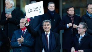 Laporta presenta sus más de 10.000 firmas y será candidato a las elecciones del Barça
