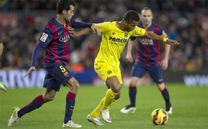 Sergio Busquets y Giovani Dos Santos durante el Barça-Villarreal de la Liga 2014-15