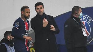 Pochettino dando indicaciones a Neymar desde el Banquillo
