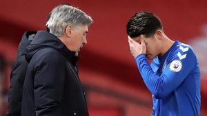 Carlo Ancelotti habla con James Rodríguez durante el Manchester United-Everton