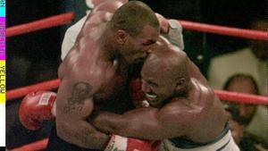 Tyson, mordiendo la oreja de Holyfield en 1997