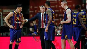 Jasikevicius da instrucciones a los jugadores en el encuentro contra el Estrella Roja