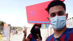 Dos aficionados a la entrada del Estadi Johan Cruyff para asistir al Barça-Nàstic