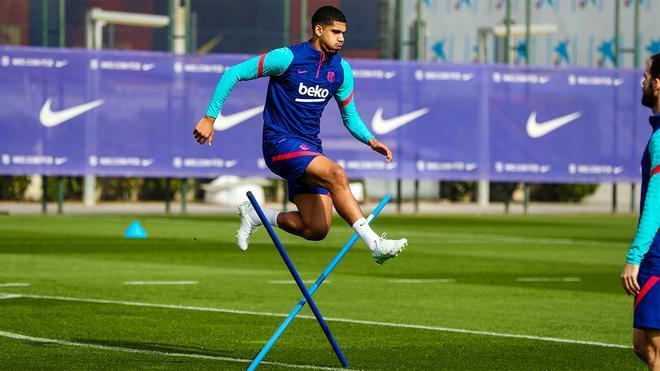 Araujo vuelve a entrenar con el resto del equipo