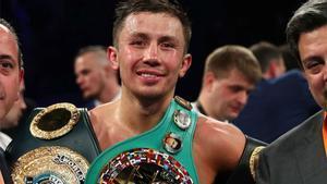 Golovkin posa con sus títulos tras el combate
