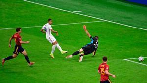 Mbappé remata a gol ante Unai Simón
